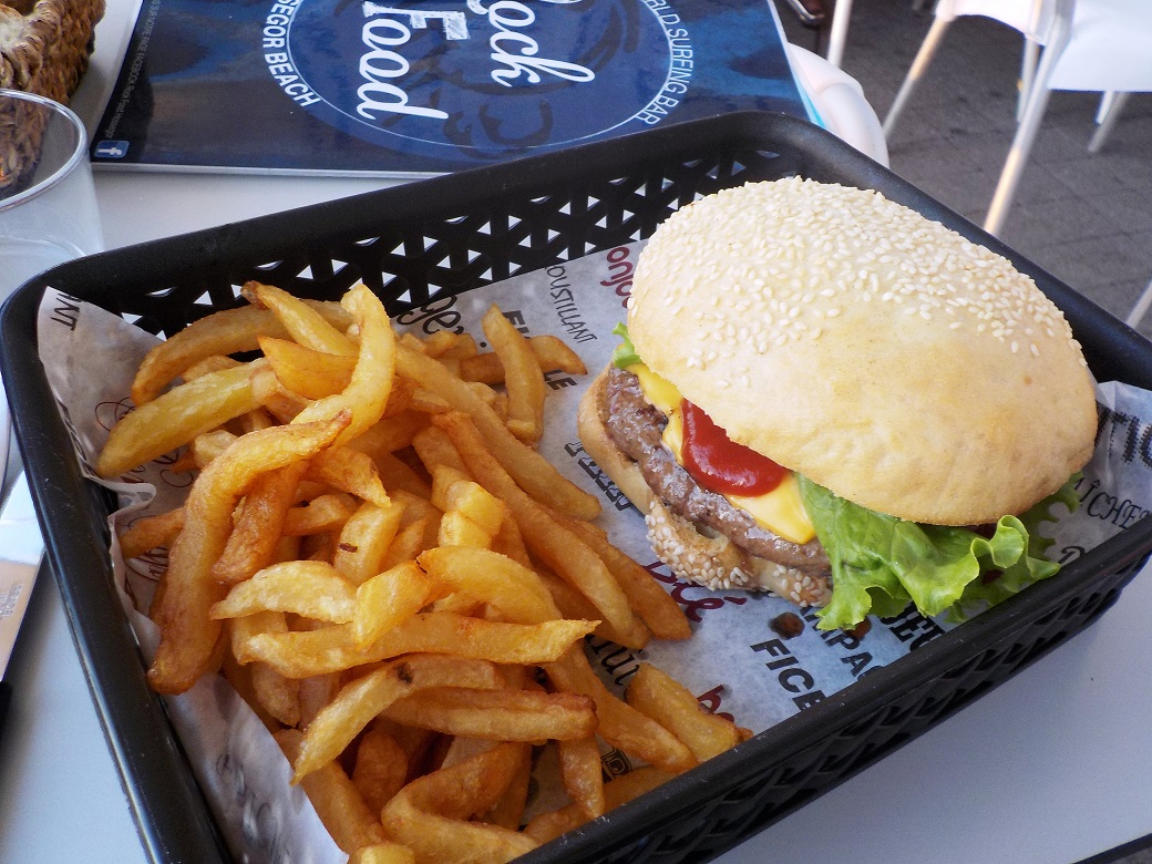Cheesburger et oignons frits avec frites